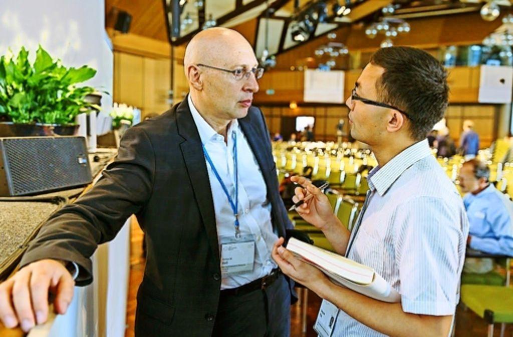 Stefan Hell im Gespräch mit einem Wissenschaftler. Foto: Veranstalter