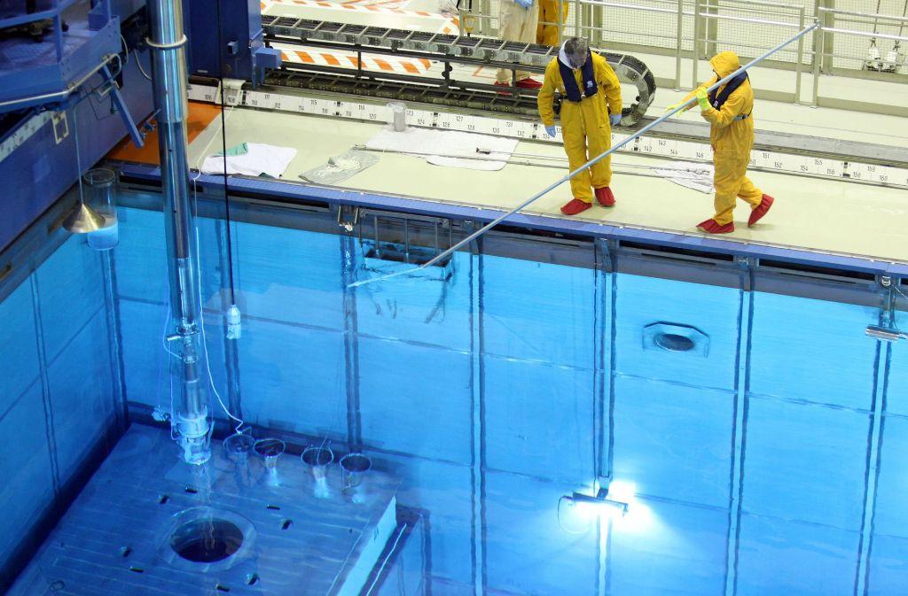 Im Kernkraftwerk Krümmel kontrollieren Mitarbeiter das Brennelemente-Lagerbecken. Die bis 2016 gezahlten Steuern auf das strahlende Material sollen die Energiekonzerne  nun zurück erhalten. Foto: dpa