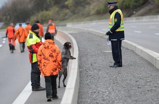 Mehrere Stunden Vollsperrung der A81 bei Weinsberg: Am Rande der A81 Autobahn sollte eine Wildschweinrotte, die zwischen Wildschutzzaun und Autobahn lebt, hinter den Zaun zurück getrieben werden. Die SChweine zeigten sich wenig beeindruckt von der Aktion. Hier die Bilder von der vergeblichen Schweinejagd. Foto: dpa