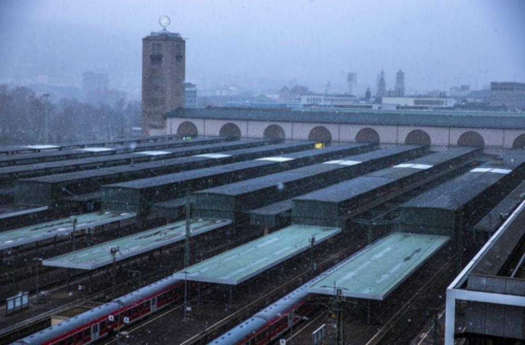 Die Passagiere müssen sich auf den Bahnsteigen des Hauptbahnhofs auf längere Wege einstellen. Foto: Achim Zweygarth