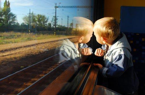 Knirps fährt mit Zug nach Nürtingen
