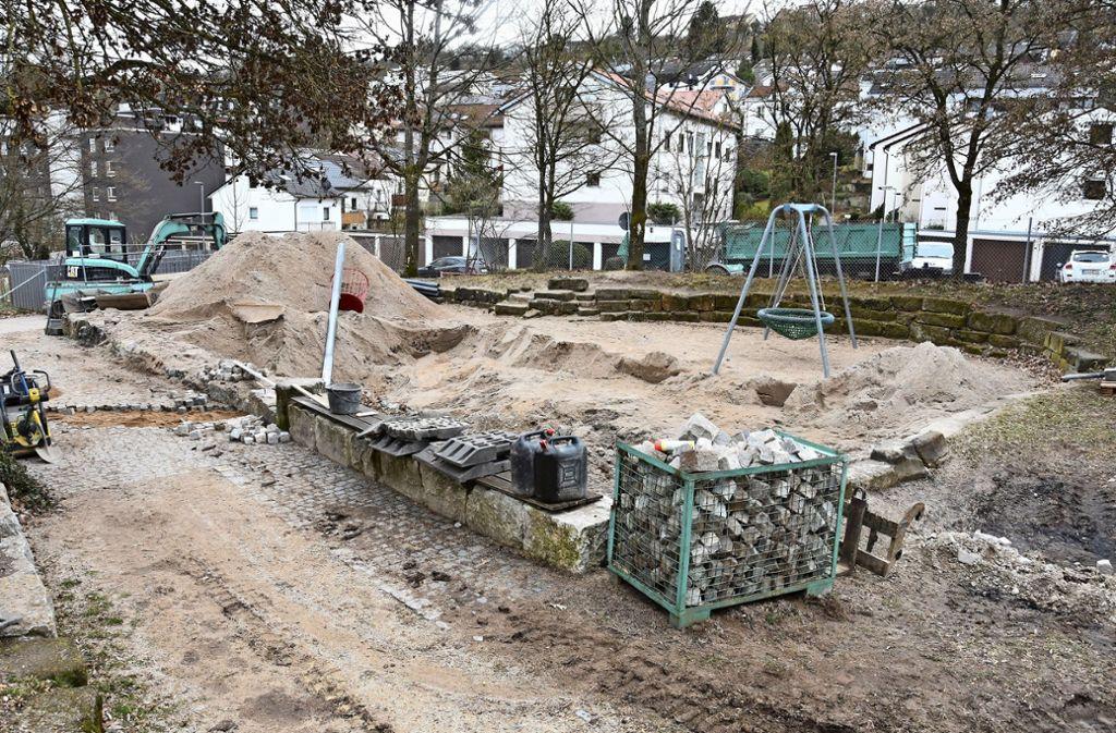 Im Sandbereich  des Spielplatzes in der Tiefenbachstraße wird gerade der neue Wasserspielbereich eingerichtet. Foto: Mathias Kuhn