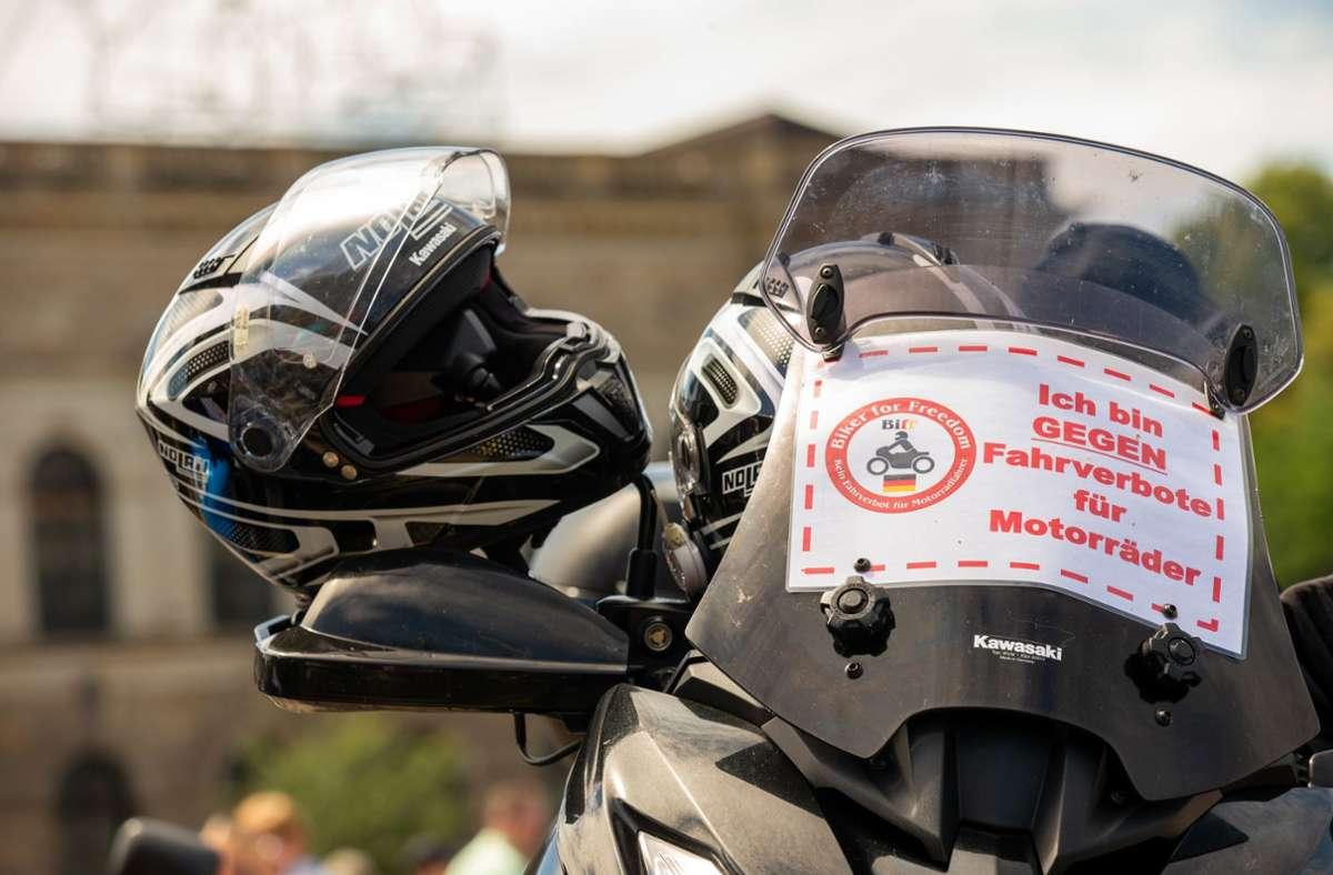 """Ein geparktes Motorrad mit einem kleinen Banner mit der Aufschrift """"Biker for Freedom Ich bin GEGEN Fahrverbote für Motorräder"""". Foto: dpa/Daniel Schäfer"""