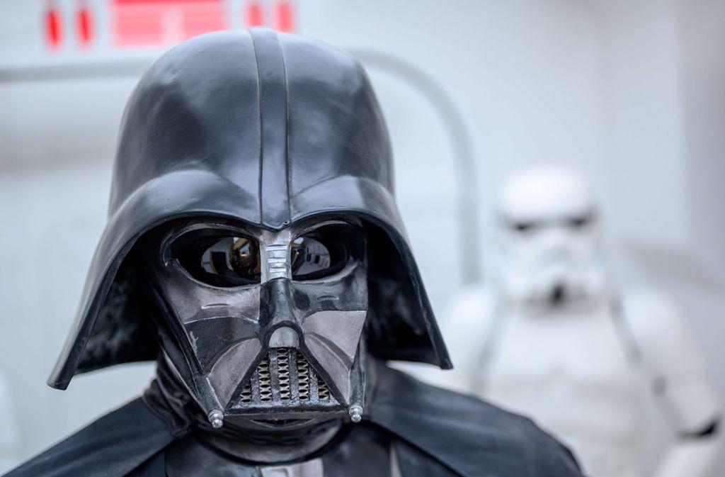 """Darth Vader darf auf der """"Star Wars""""-Ausstellung im mecklenburgischen Dassow nicht fehlen. Foto: dpa"""