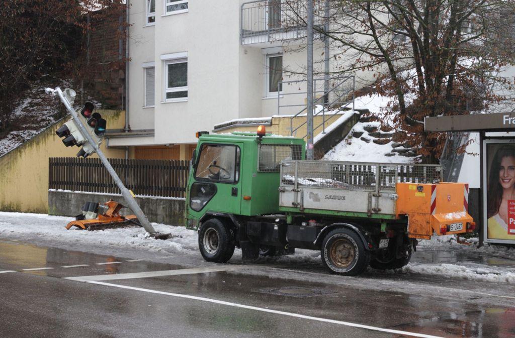 Auf glatter Straße kam das Räumfahrzeug von der Fahrbahn ab Foto: SDMG