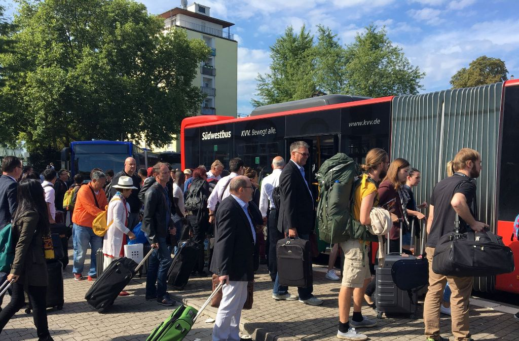 Umsteigen auf den Bus: Nach einer Gleisabsenkung musste die Bahnstrecke zwischen Rastatt und Baden-Baden gesperrt werden Foto: dpa