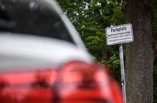 Frauen halten Schwätzchen und werden auf Parkplatz eingesperrt