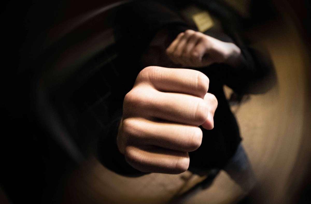 Die drei Unbekannten prügelten auf den Zehnjährigen ein. (Symbolbild) Foto: imago images / vmd-images/Simon Adomat