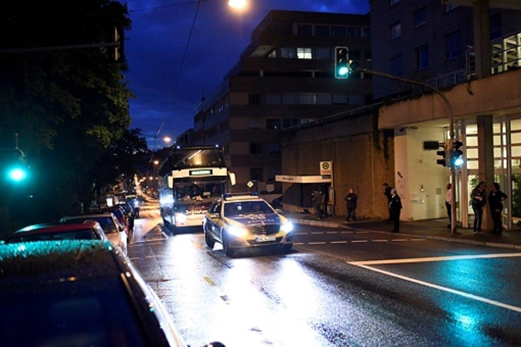 Der Morgen graute schon, als die Flüchtlinge mit einem Bus in der Stuttgarter Olgastraße ankamen. Foto: www.7aktull.de | Oskar Eyb