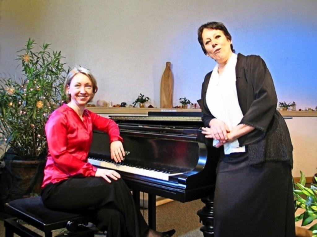 """Unterstützt von der Pianistin Moira Muschalla sang  Margarete E. Klotz  Lieder  zwischen """"Natur und Tugend"""". Foto: Susanne Müller-Baji"""