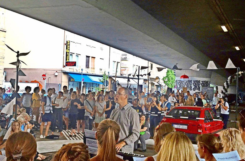 Ein Chor singt unter der Paulinenbrücke? Das gab  es nicht nur zur Eröffnung, sondern gibt es  künftig jeden Donnerstagabend. Foto: Nina Ayerle