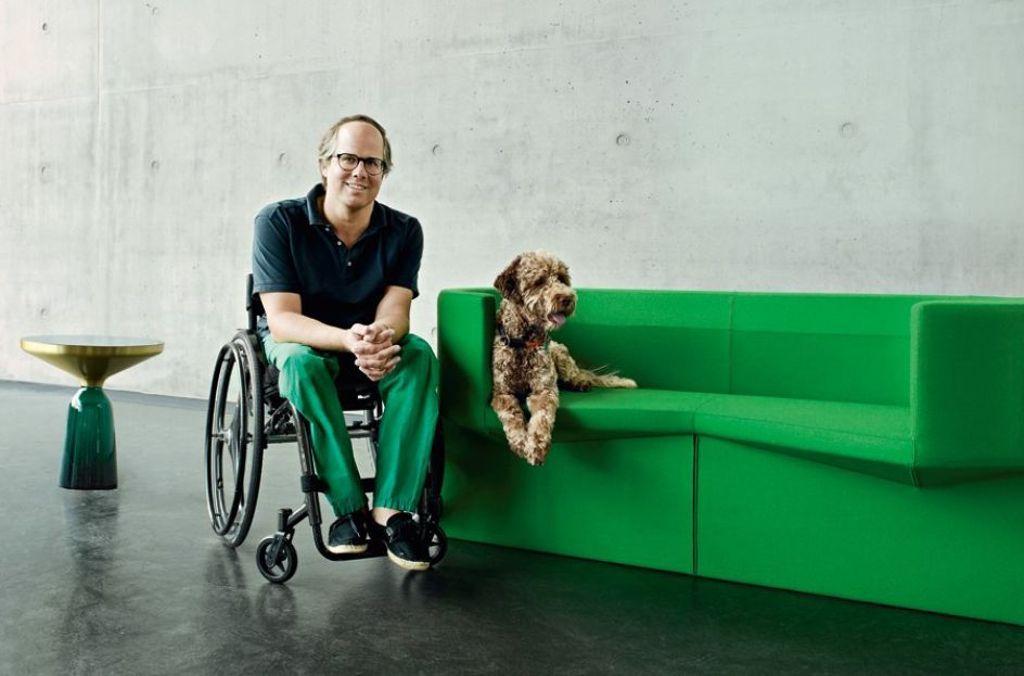 Designliebhaber und CEO von ClassiCon Oliver Holy mit dem Sofa Odin von Konstantin Grcic. Foto: Mark Seelen