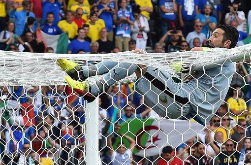 Buffon klettert wieder auf die Torlatte