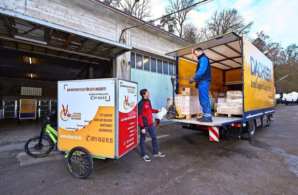 Ein   Beispiel, das in Stuttgart Schule machen soll: Ein  Elektro-Lastwagen bringt  die Waren an einen stadtnahen Umschlagplatz, von dort geht es per E-Bike    weiter in die City. Foto: Detlef Majer