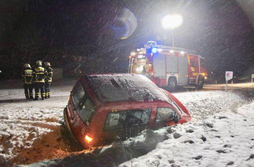 Auto landet nach Unfall in Straßengraben