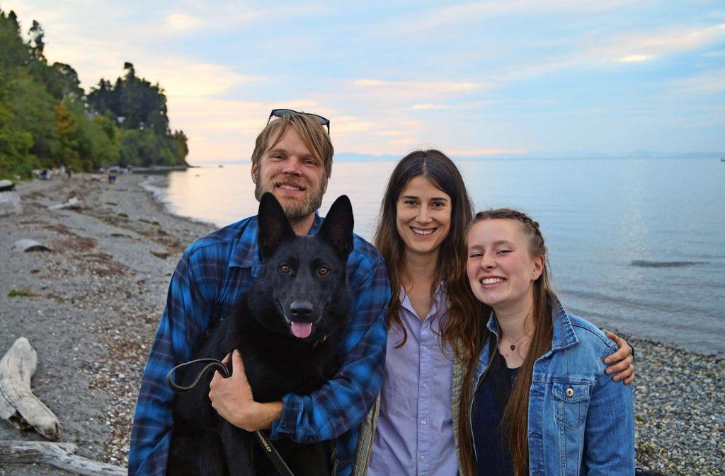 Alina Wenger (rechts) versteht sich mit  ihren Gasteltern Marie und Dean blendend. Gemeinsam unternehmen sie  etwa Wandertouren.  Immer mit dabei: Hündin Uma. Foto: privat