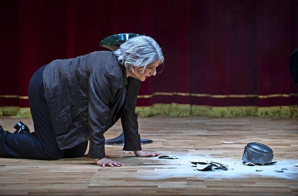 Christiane Roßbach als Frau Margot vor der Asche ihres Mannes Erich – Szene aus der Walser-Groteske Foto: Björn Klein