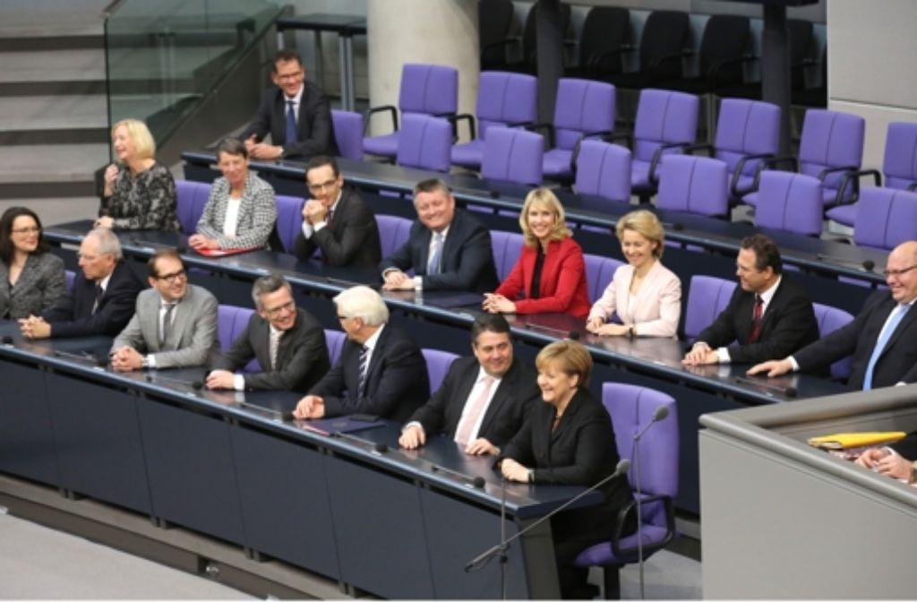 Am 17. Dezember 2013 nahmen die Ministerinnen und Minister der schwarz-roten Koalition zum ersten Mal auf der Regierungsbank im Bundestag Platz. Foto: dpa