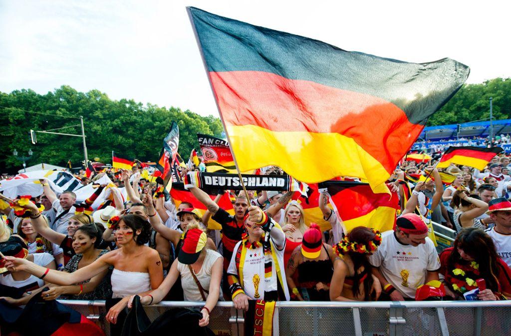 Seit 2006 ist das Public Viewing in Deutschland sehr beliebt. Foto: dpa/Daniel Bockwoldt