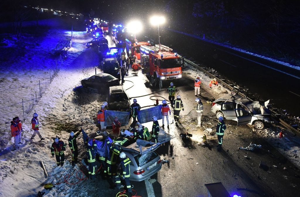 Bei dem Unfall auf der B29 kamen zwei Menschen ums Leben. Eine 72-Jährige war auf der falschen Fahrbahnseite unterwegs. Foto: dpa