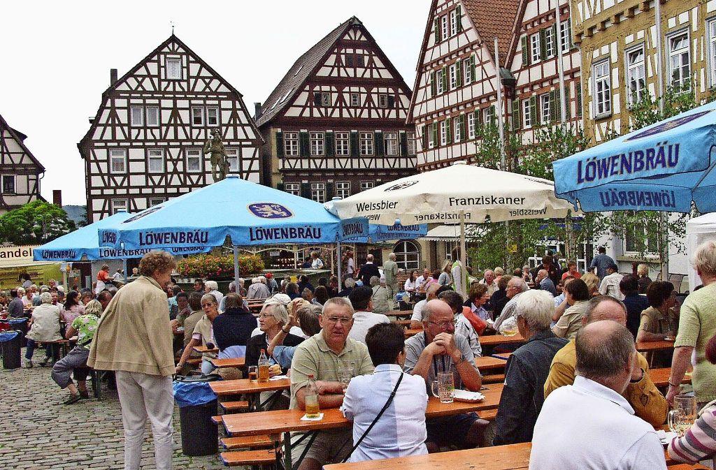 Ein Bild aus den  Zeiten, in denen der Musikverein Stadtkapelle Leonberg noch auf dem Marktplatz feierte Foto: Archiv