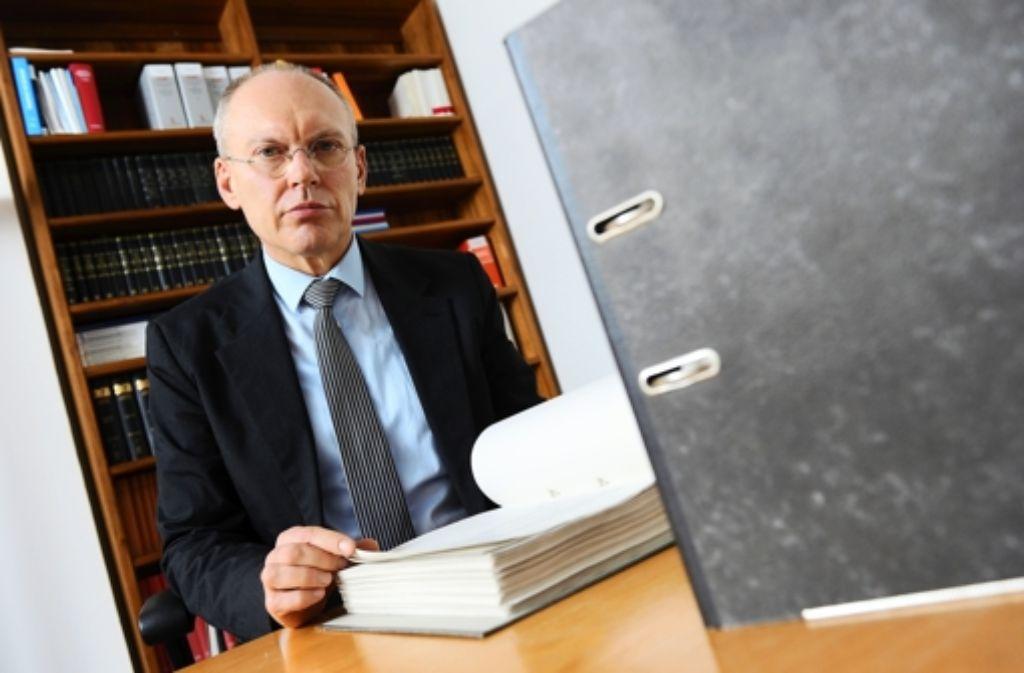 Unter dem Vorsitz von Manfred Götzl ähneln die NSU-Verhandlungen einem Praktikum in juristischer Hochgotik. Der Mann nimmt es genau. Foto: dpa