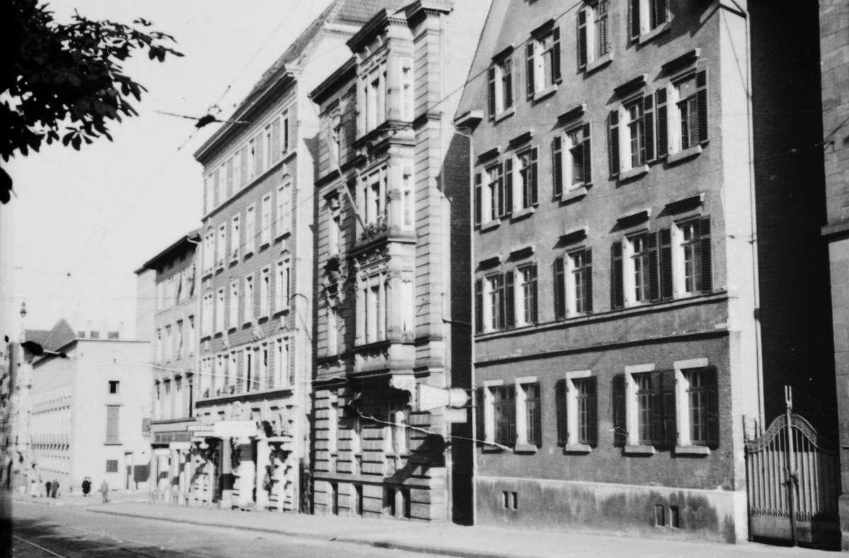 Seit Januar 1942 gilt in Stuttgart ein Tanzverbot - auch in der schon damals existierenden Gaststätte Rosenau in der Rotebühlstraße (zweites Haus von links). Die Bildergalerie zeigt weitere Eindrücke aus Stuttgart 1942. Foto: Stadtarchiv Stuttgart