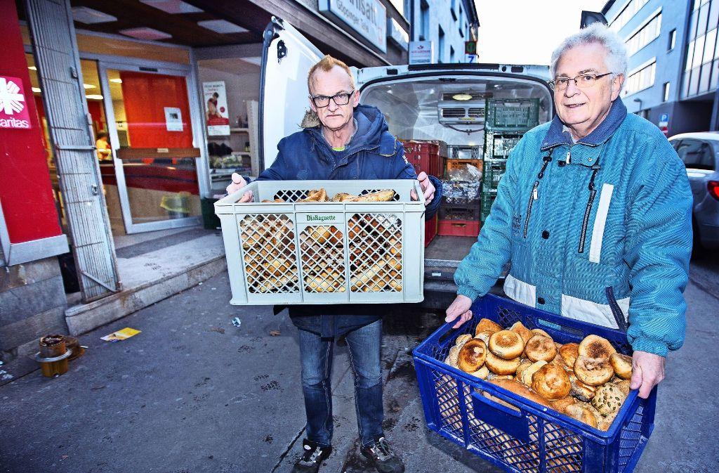 Joachim Engelfried und Walter Freitag (von links) laden die Backwaren vor dem Carisattladen in der Göppinger Gartenstraße  aus. Foto: Ines Rudel