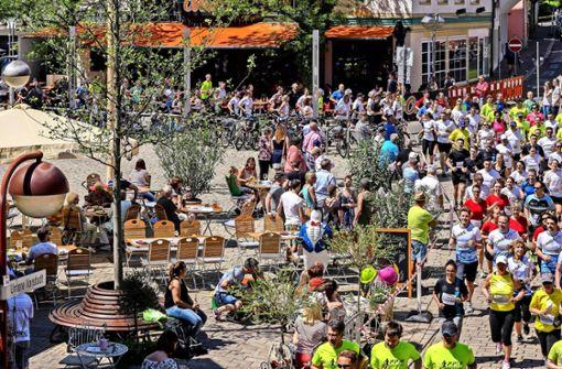 Mehr als 2800 Läufer durchqueren die Stadt