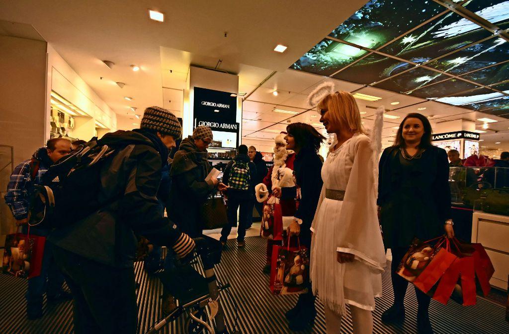 Von Engel und Nikolaus begrüßt: die Männer und Frauen freuen sich immer sehr über den Einkaufsbummel  bei der Galeria Kaufhof. Foto: Saskia Drechsel