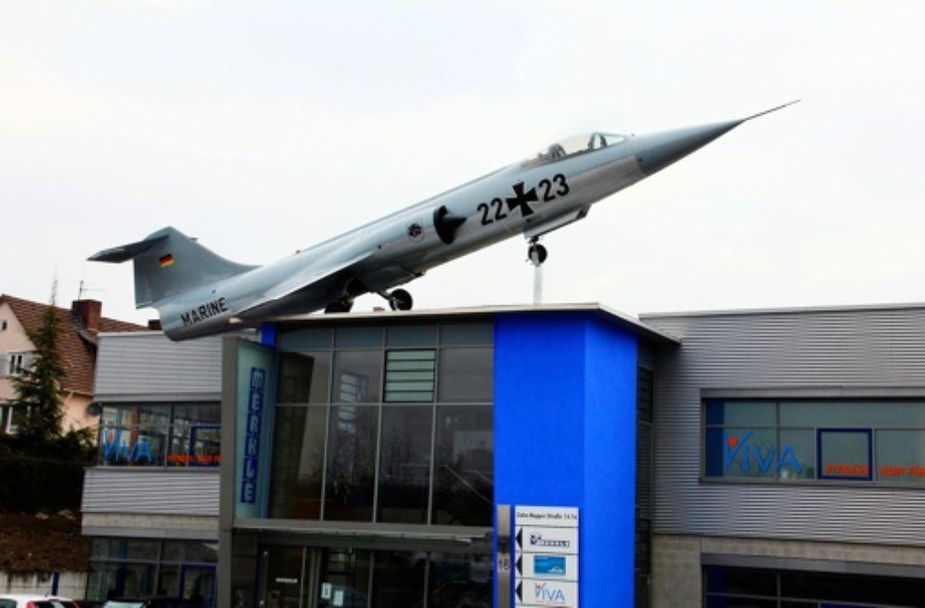 Seit Gründonnerstag steht auf dem Dach des Gebäudes Zahn-Nopper-Straße 16 ein ehemaliger Kampfjet. Foto: Bernd Zeyer