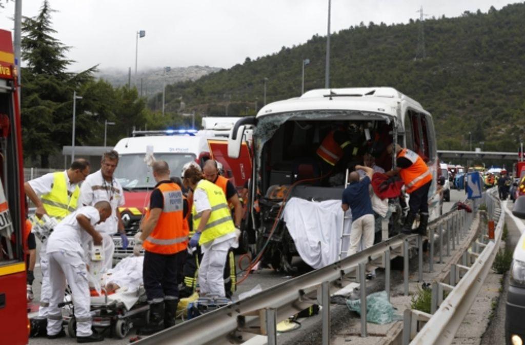 Bei dem schweren Busunfall auf der Autobahn 8 bei La Turbie ist eine 71-jährige Deutsche  ums Leben gekommen. Foto: dpa