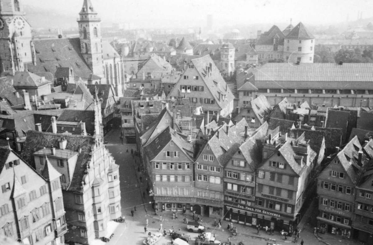 Dienstag, Donnerstag und Samstag sind schon 1942 Markttag - aber es gibt oftmals nicht viel zu kaufen. Weitere Eindrücke aus dem Stuttgart des Jahres 1942 zeigt die Bildergalerie. Foto: Stadtarchiv Stuttgart