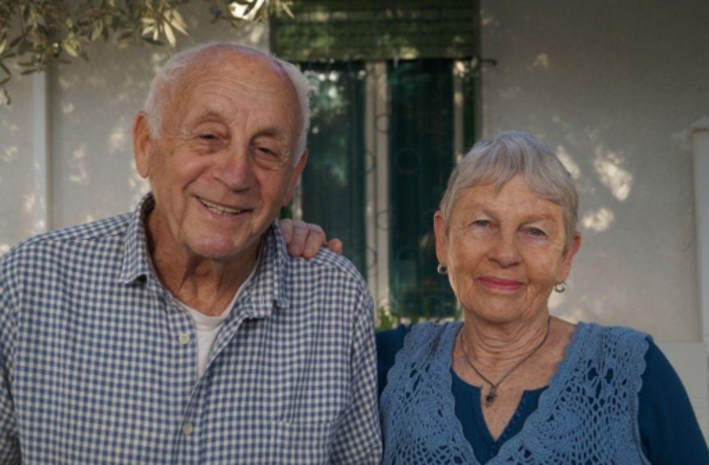 Seit mehr als 50 Jahren ein Paar: Amos Fröhlich mit seiner Frau Gila vor ihrem Haus in Shavei Zion Foto: Christa Roth
