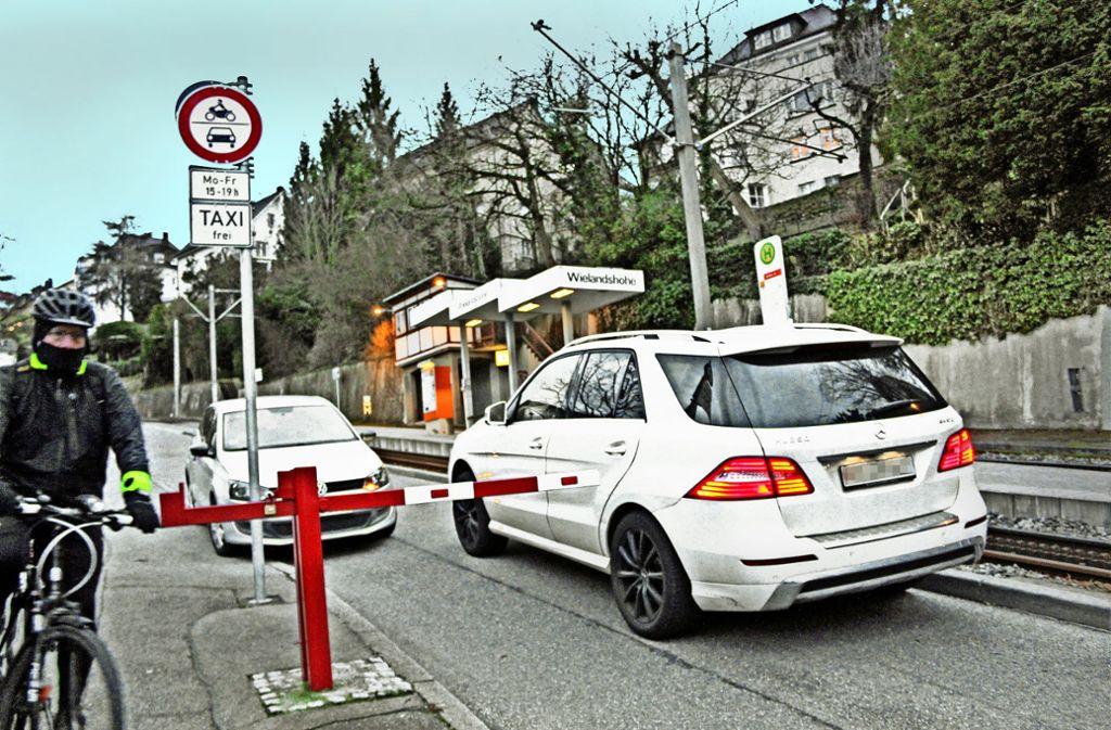 Viele Radler weichen mittlerweile auf den Bürgersteig aus, weil so viele Autofahrer  die Strecke als Schleichweg nutzen. Foto: Tilman Baur