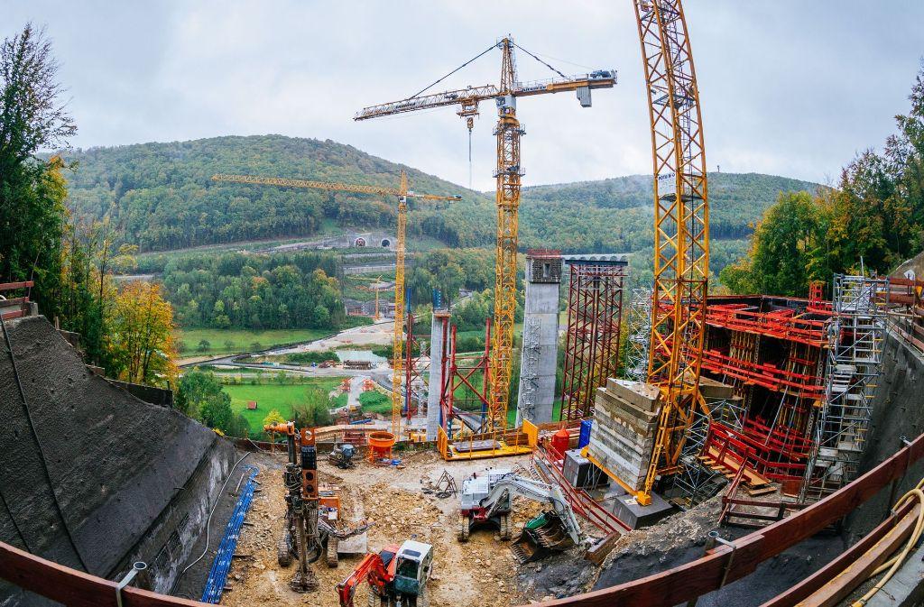 Die Brücke über das Filstal ist ein wesentlicher Abschnitt auf der Neubaustrecke. Das Bild zeig den Stand der Arbeiten im Oktober 2017. Foto: Bahn AG/Thopmas Niedermüller