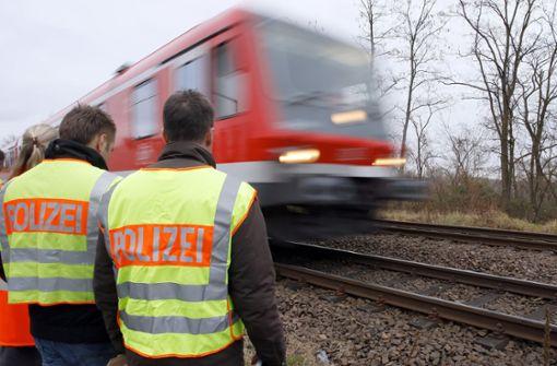 Mann läuft trotz Zugverkehr auf Gleisen