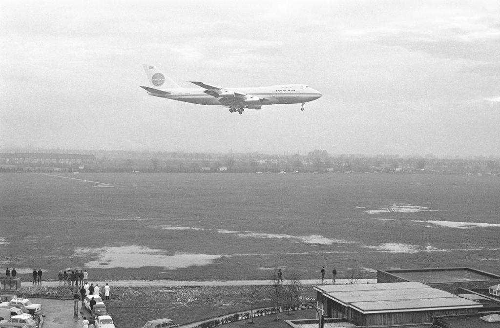 Anflug auf London: Vor 50 Jahren hebt die Boeing 747 zu ihrem ersten kommerziellen Flug ab. Foto: AP/Kemp