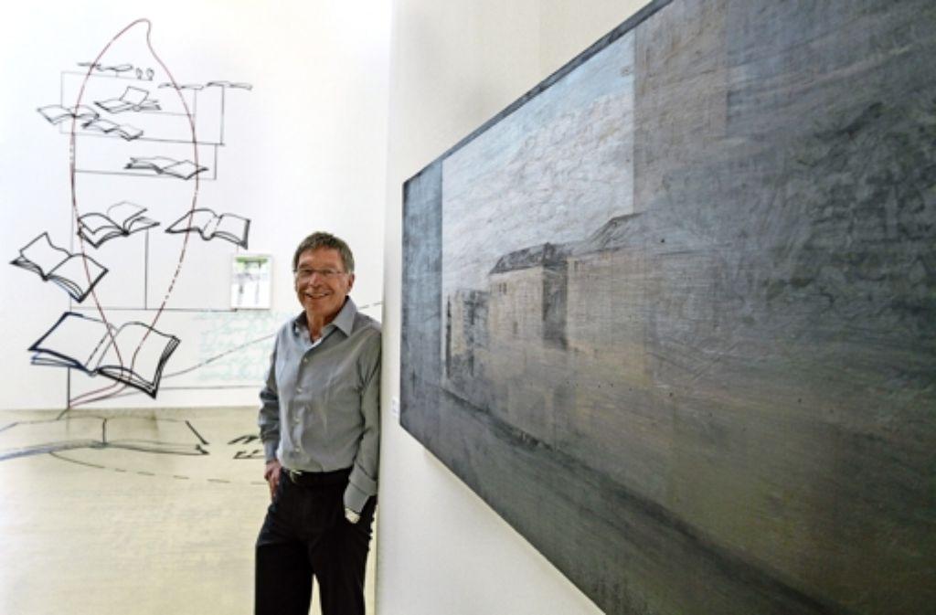 Raumgreifend, radikal rätselhaft: Peter Klein  vor einer Installation des in Ludwigsburg lebenden Künstlers Jörg Mandernach (im Hintergrund links). Foto: factum/Bach