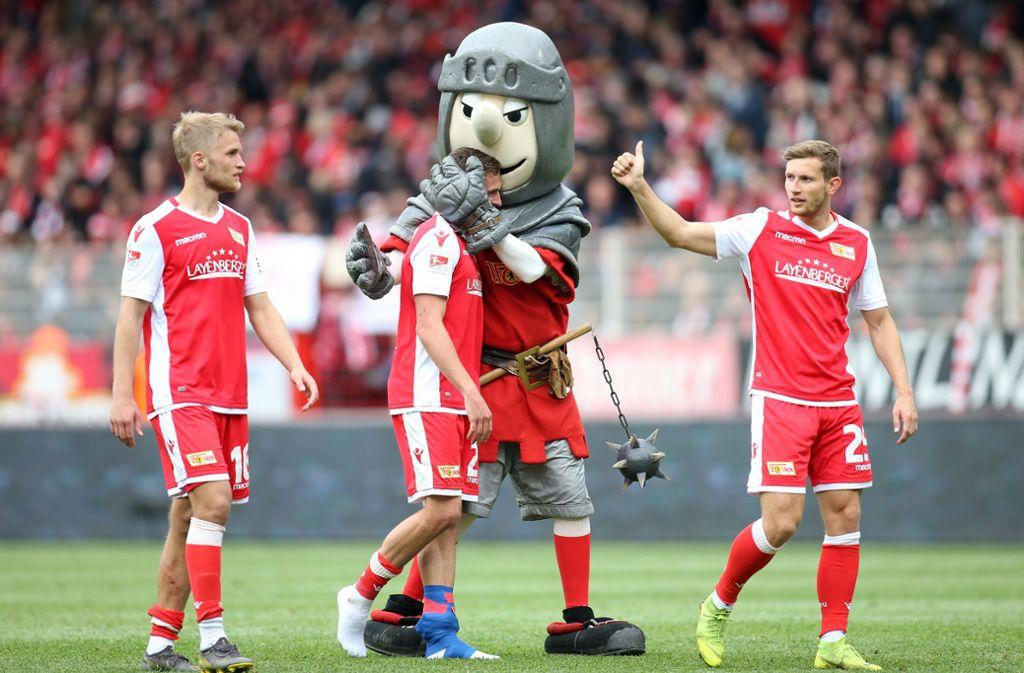 Union Berlin mit Maskottchen Ritter Keule will direkt aufsteigen – oder dem VfB in der Relegation das Fürchten lehren. Foto: dpa
