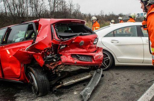 Mehrere Menschen bei Unfall auf A81 verletzt