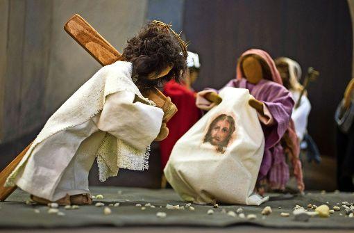 Am Kreuz hängt nur das Leinentuch