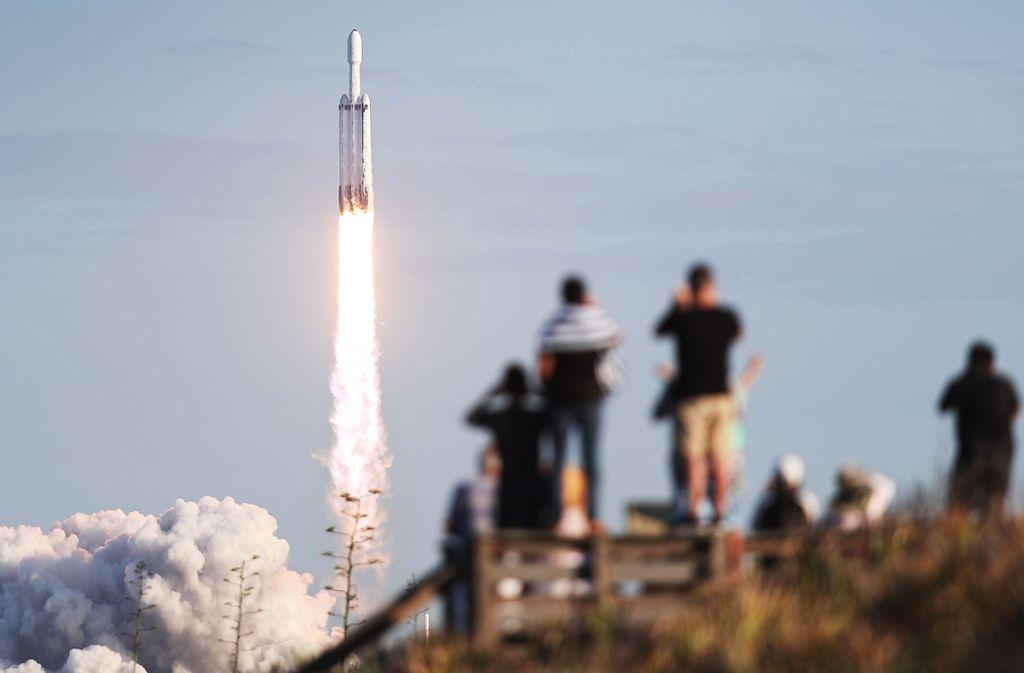 Begeisterte Raumfahrt-Fans: Die SpaceX Falcon Heavy Rakete mit einem Kommunikationssatelliten hebt am 11. April um 15.36 Uhr vom  Kennedy Space Center in Cape Carnaveral (US-Bundesstaat Florida) ab. Foto: Joe Raedle/Getty Images/AFP
