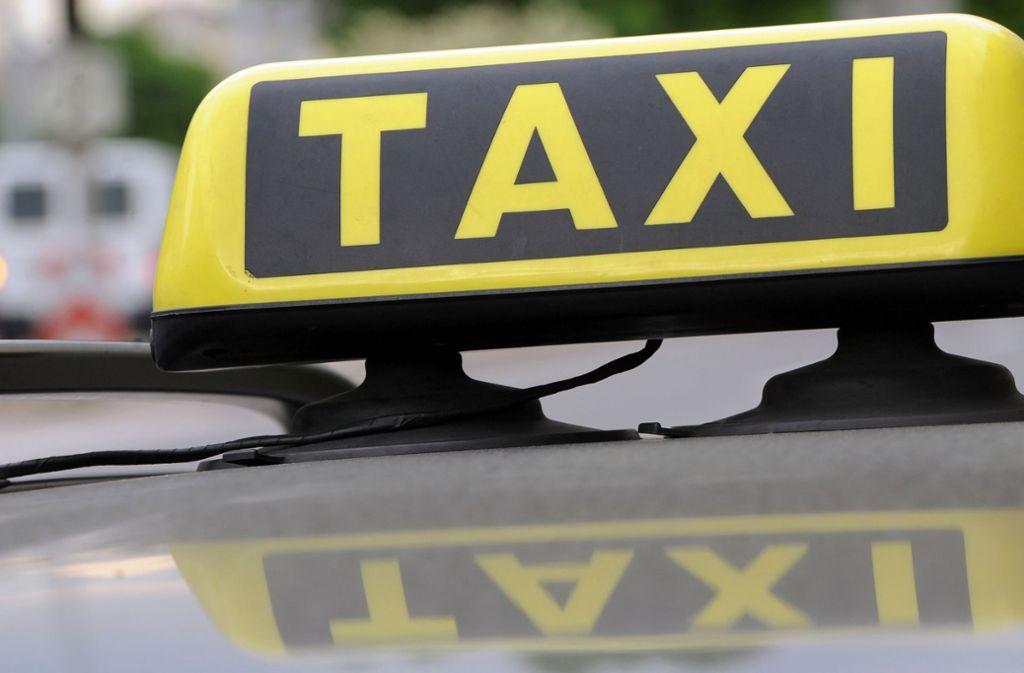 Ein Taxifahrer ist am Wochenende in Stuttgart-Ost von einer Frau angegriffen worden. (Symbolbild) Foto: dpa