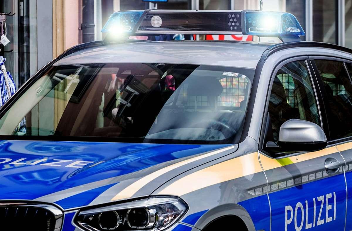 In Beuren hat ein Fahrer ohne Führerschein einen Unfall verursacht und ist danach geflohen. (Symbolfoto) Foto: imago images//Fotostand / K. Schmitt