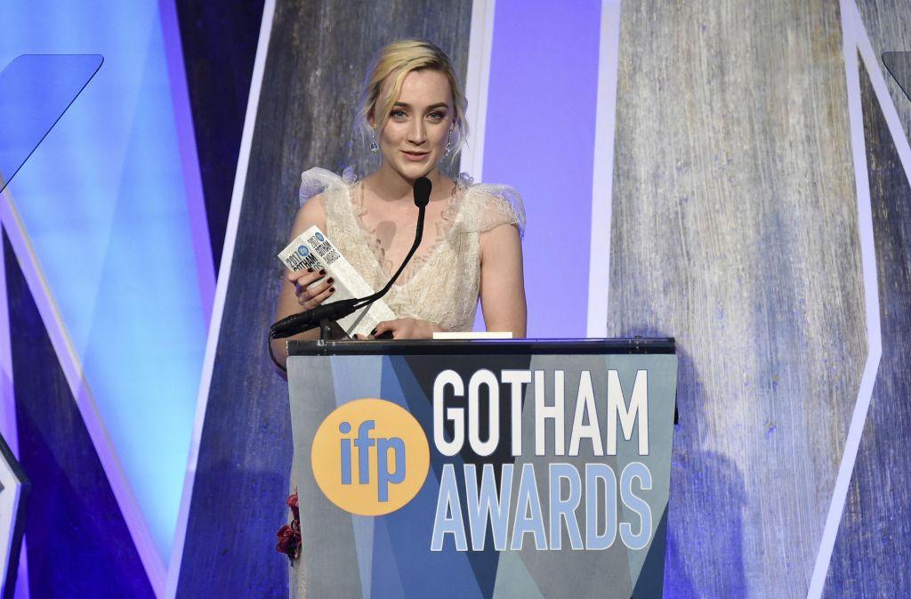 """Saoirse Ronan nimmt den Preis als beste Schauspielerin im Film """"Lady Bird"""" entgegen. Foto: AP"""