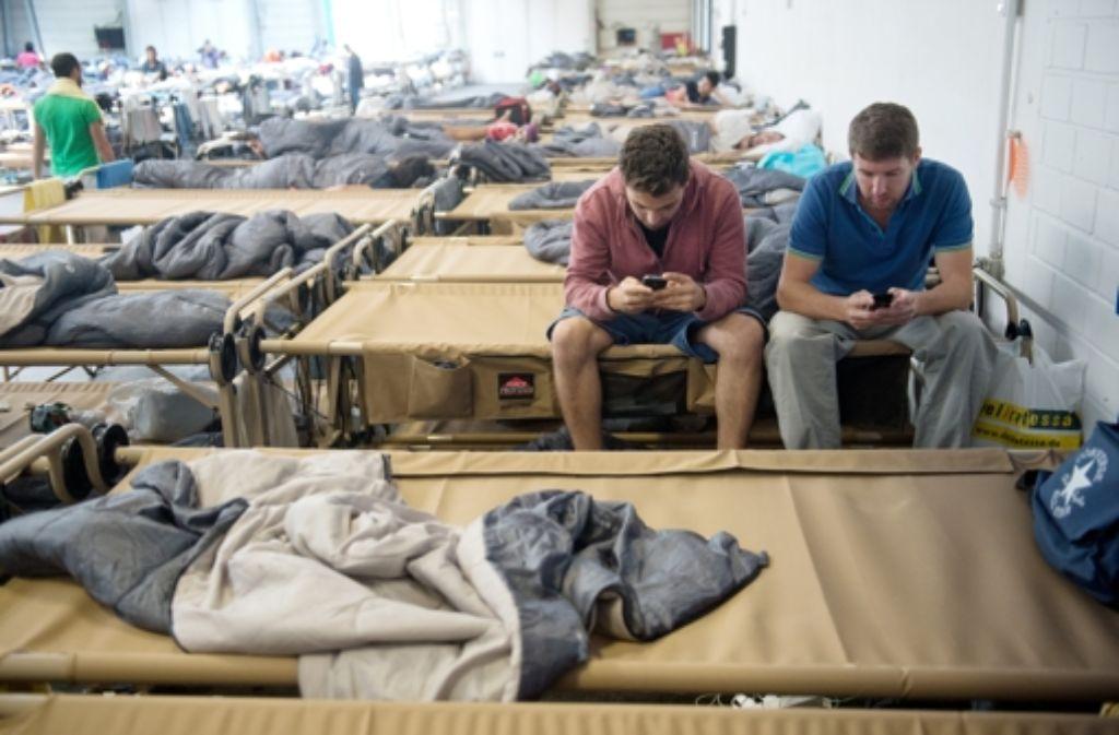 Eine Verbindung per Smartphone in ihre Heimat ist für Flüchtlinge elementar. Foto: dpa