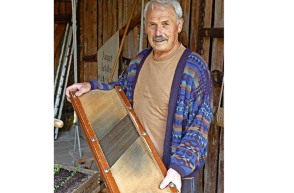 Manfred Schäfer aus Echterdingen präsentiert einen Krauthobel mit vier Schneidklingen. Foto: Sascha Schmierer