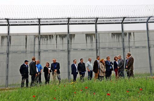 Hoher Besuch hinter   Gefängnismauern