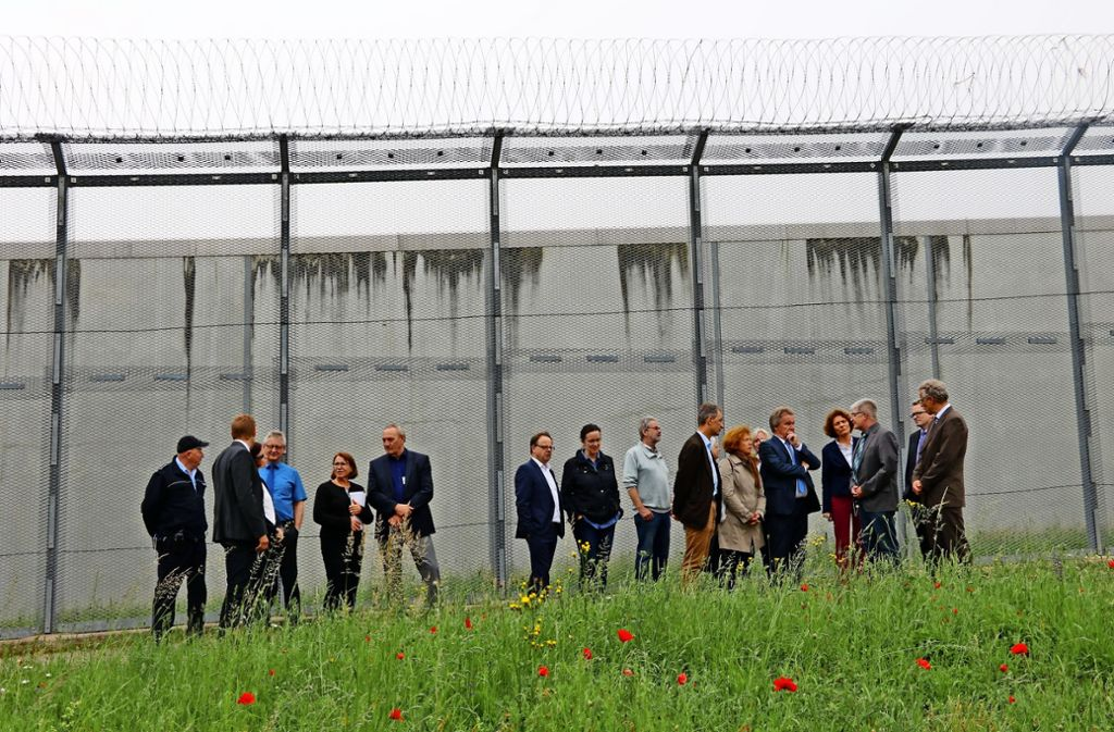 Umweltminister Franz Untersteller ( 5.v.r.)  bei seinem  Rundgang hinter den Gefängnismauern. Eine Delegation um JVA-Leiter  Matthias Nagel  (3.v.r.) informierte ihn über aktuelle und geplante Neubauvorhaben. Foto: Chris Lederer